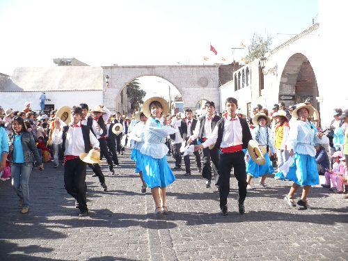 Los arequipeños volvieron a tomar las calles para festejar el aniversario de la Ciudad Blanca.