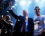 Néstor Kirchner saludando en el acto de la nueva agrupación.