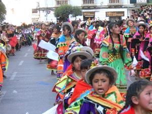 La multitudinaria celebración conmueve a la ciudad.