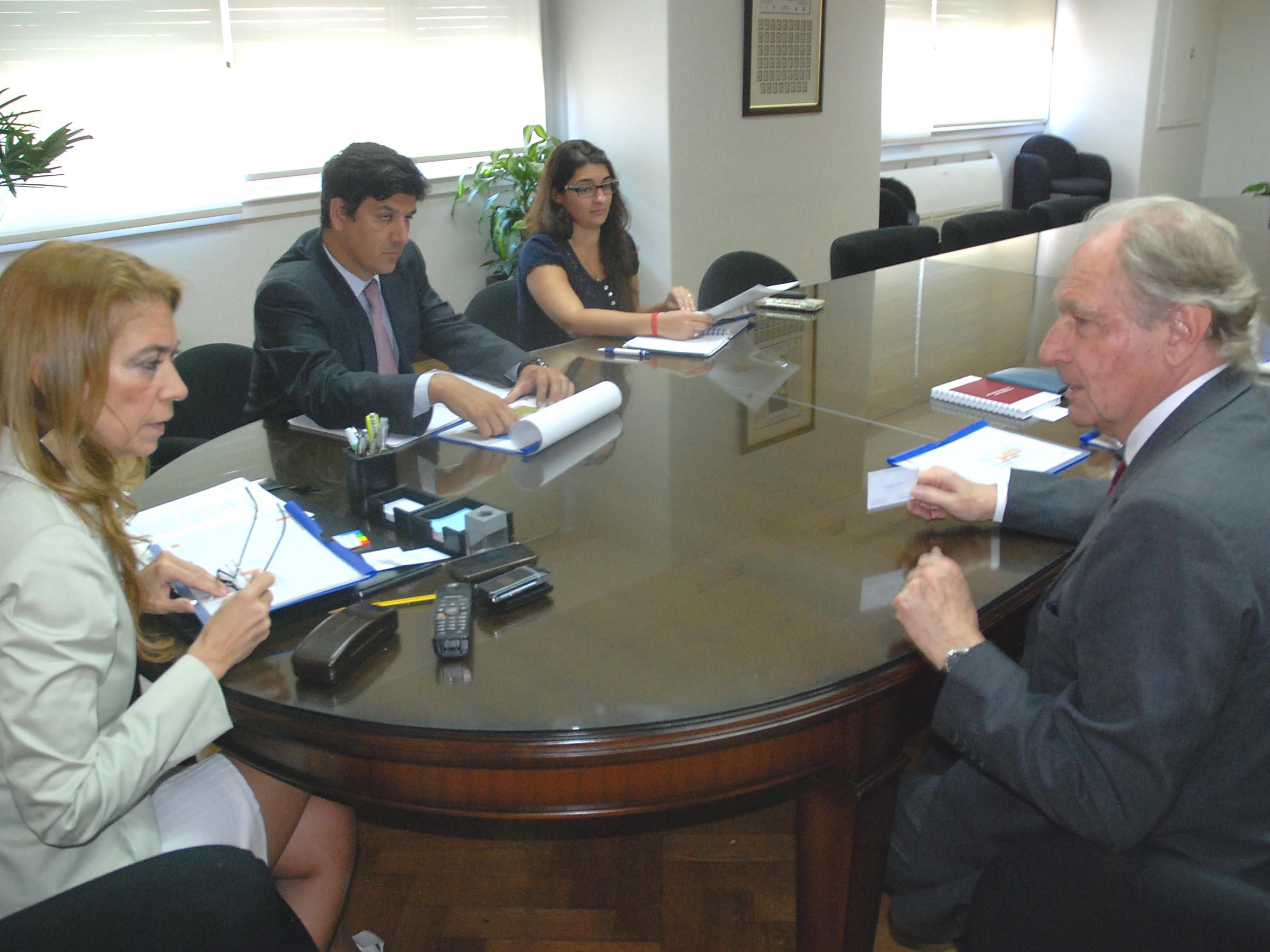 La ministra estuvo acompañada por el subsecretario de Industria, Javier Rando y por la asesora en inversiones, Andrea Bovris.