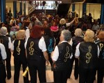 Los adultos mayores brindan espectáculos con instrumentos fabricados por ellos.