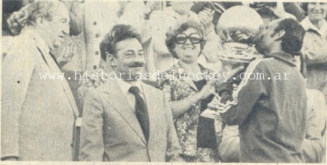 Videla entrega la Copa al capitán de Pakistán. Foto: historia del hockey.com.ar