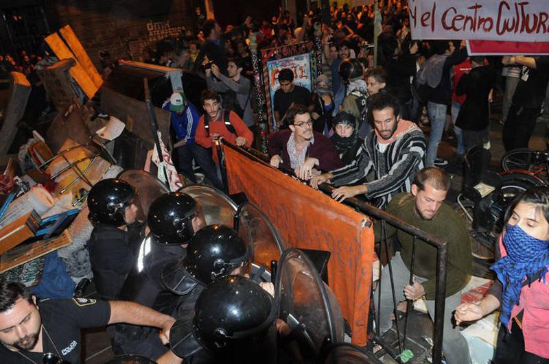 Son efectivos que reprimieron con balas de plomo durante el desalojo de la sala Alberdi, del centro cultural San Martín e hirieron a tres personas.