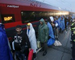 Migrants arrive at the Austrian train station of Nickelsdorf to board trains to Germany, September 5, 2015. Hundreds of exhausted migrants streamed into Austria on Saturday, reaching the border on buses provided by an overwhelmed Hungarian government that gave up trying to hold back crowds that had set out on foot for western Europe.   REUTERS/Heinz-Peter Bader