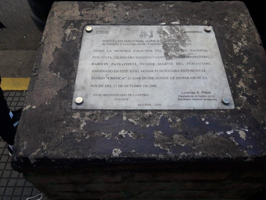 Placa que recuerda el asesinato de Darwin.